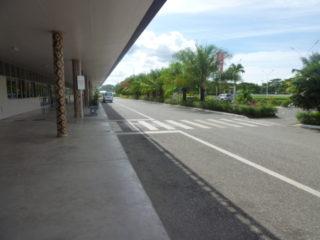 日本の支援で作られたホニアラ国際空港の到着出口付近
