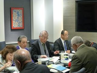 井上会長をはさんで左にソロモンのホウエニプウエラ首相、右にトサカ外相