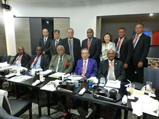 井上会長をはさんで右側にソロモンの首相 右側に外相
